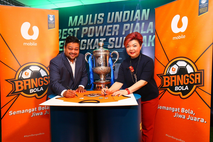 (L – R)Football Malaysia LLP Chief Executive Officer Kevin Ramalingam and U Mobile SdnBhdChief Marketing Officer Jasmine Lee at the signing ceremony marking the partnership between U Mobile and FMLLP asco sponsors for Superbest Power Piala FA and Liga Premier Malaysia