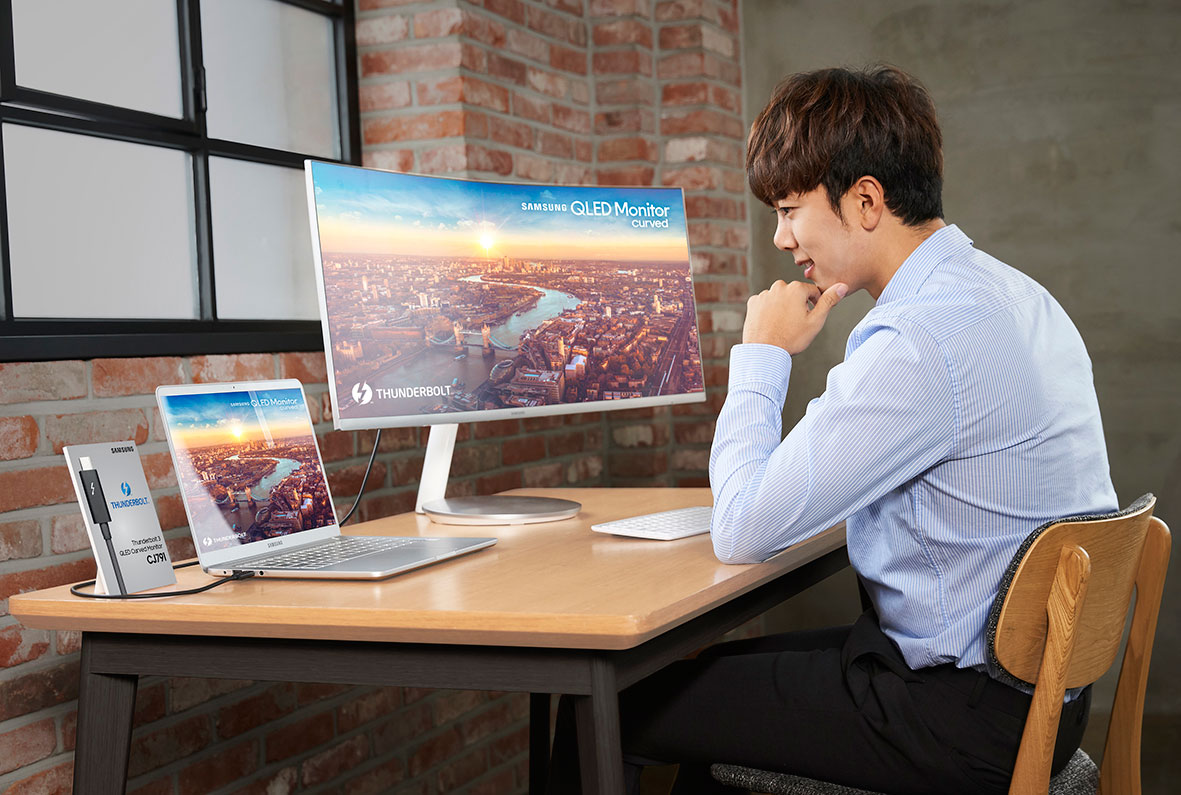 Samsung Unveils First Thunderbolt 3 QLED Curved Monitor at CES 2018