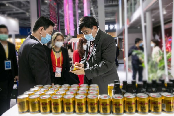 TCP China representative and manager of the TCP Hainan Red Bull factory introduces Red Bull Vitamin Flavored Drink to the Thai Ambassador to China