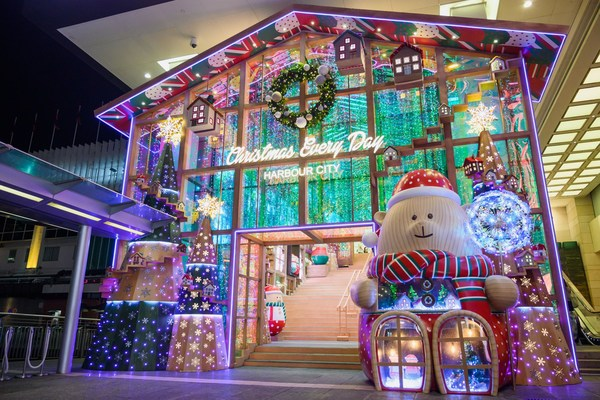 "The main entrance of Harbour City, Hong Kong becomes a ""Beary Christmas Shop""."