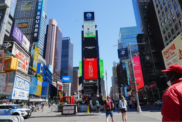 """""""Pineapples from Guangdong, China, a burst of flavor in every bite"""" appears on the China Screen of Times Square, New York."""
