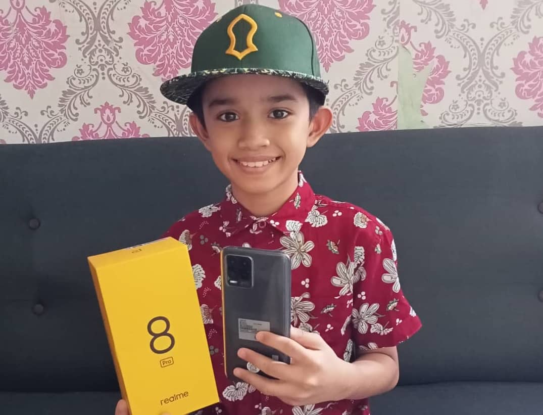 realme Gifts New realme 8 Pro To 11-Year-Old Shopee Seller